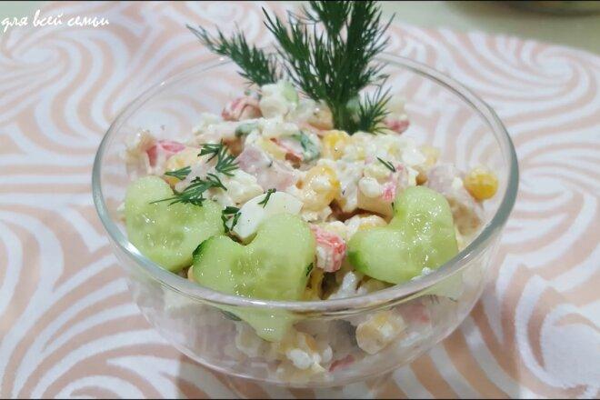 Крабовий салат з кукурудзою - рецепт приготування