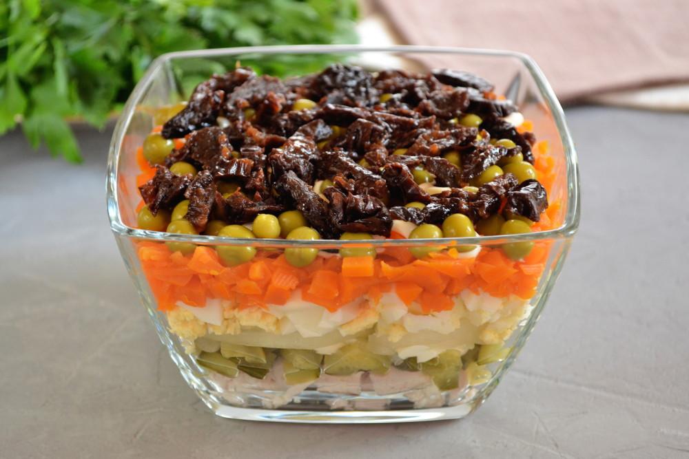 Салат Прага з куркою і чорносливом - рецепт приготування