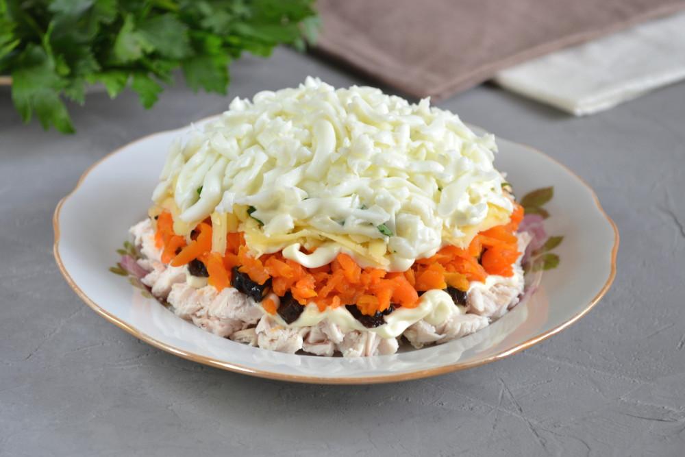 Салат з куркою і чорносливом - рецепт приготування