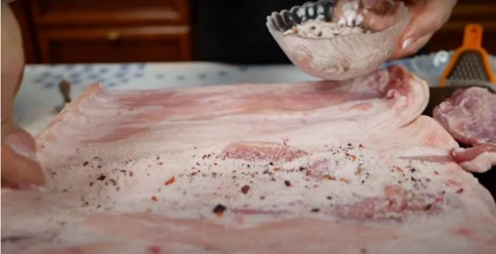 М'ясний рулет з грудинки робиться просто, а гості його чекають як ресторанну страву
